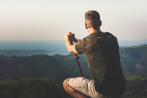 Jonge man met een katana in de berg.