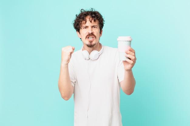 Jonge man met een koffie die agressief schreeuwt met een boze uitdrukking