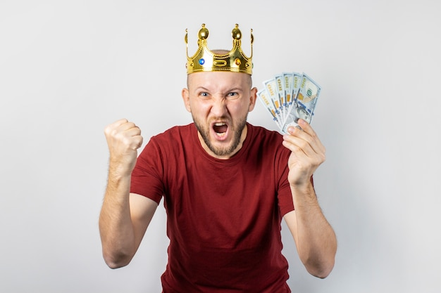 Jonge man met een kroon op zijn hoofd geïsoleerd