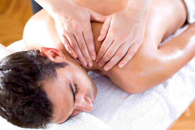 Jonge man met een massage