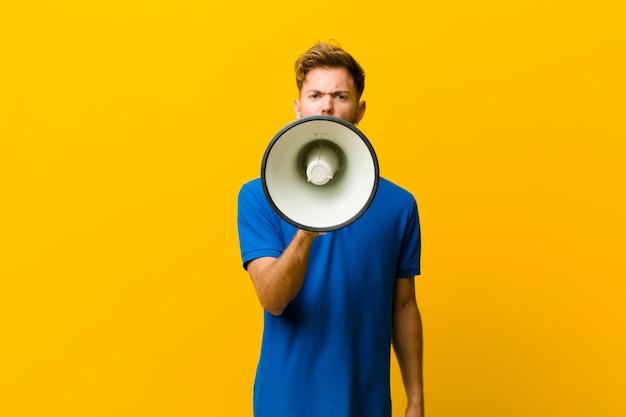 Jonge man met een megafoon