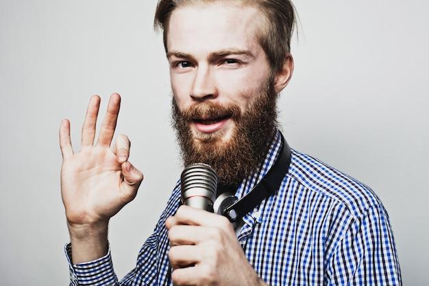 Jonge man met een microfoon