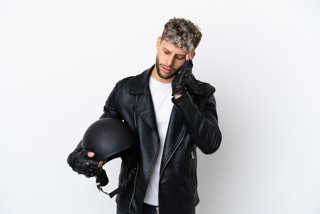 Jonge man met een motorhelm geïsoleerd op een witte achtergrond met hoofdpijn