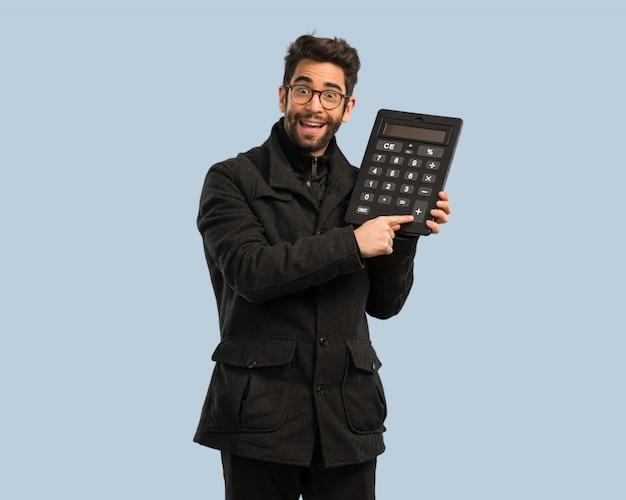 Jonge man met een rekenmachine