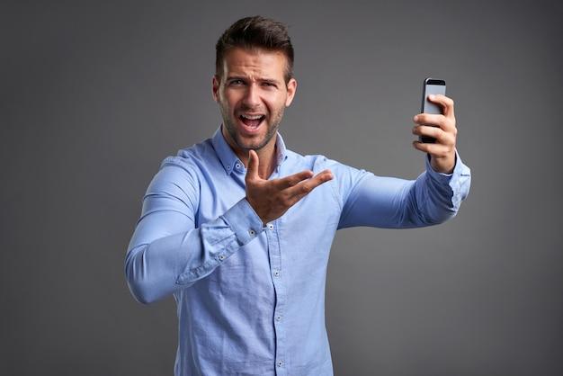 Jonge man met een smartphone