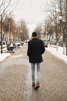 Jonge man met een stedelijke uitstraling in de stad new york.