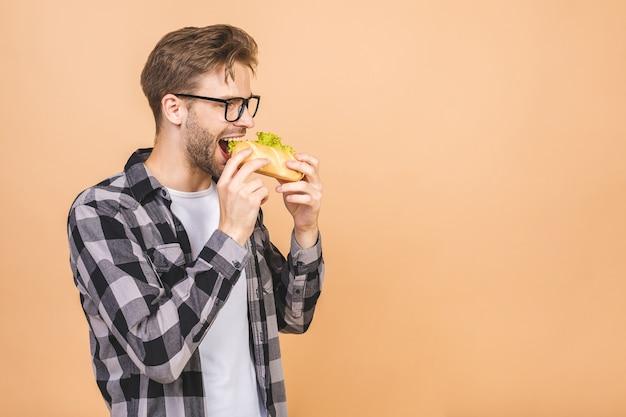 Jonge man met een stukje sandwich