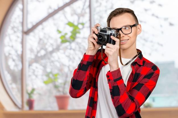 Jonge man met een vintage camera