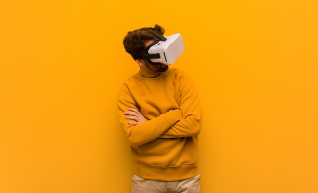 Jonge man met een virtual reality-bril