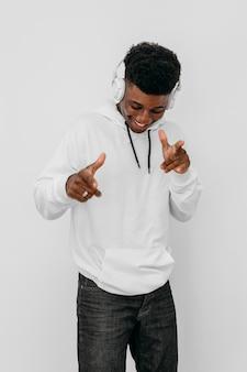 Jonge man met een witte hoodie
