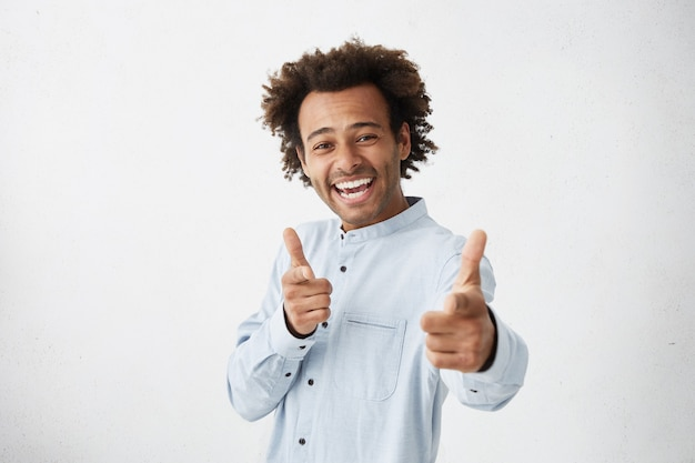 Jonge man met formeel overhemd glimlachend vrolijk