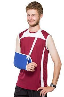 Jonge man met gebroken arm