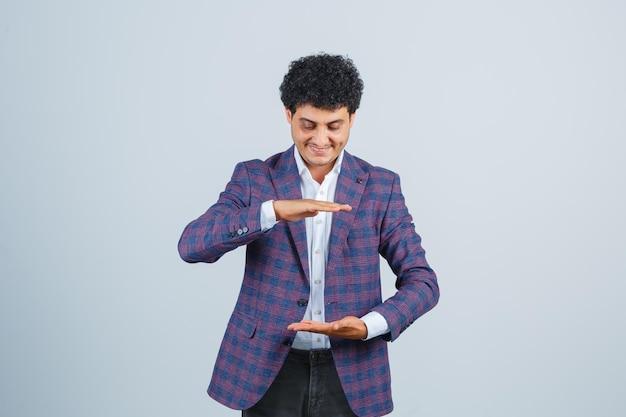 Jonge man met groot formaat bord in shirt, jas en zelfverzekerd, vooraanzicht.