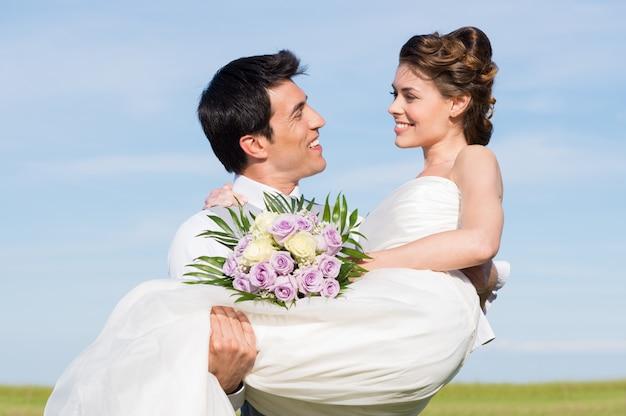Jonge man met haar vrouw