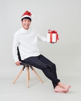 Jonge man met kerst cadeau doos