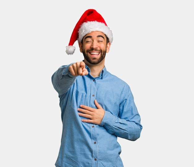 Jonge man met kerstmuts dromen van het bereiken van doelen en doeleinden