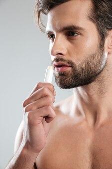 Jonge man met kleurloze lippenstift