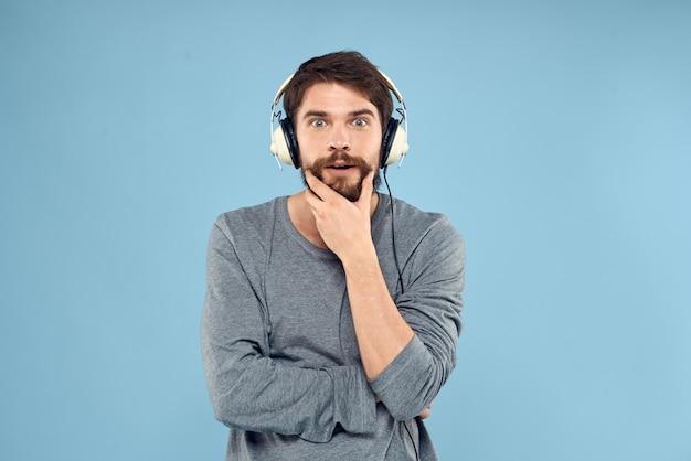Jonge man met koptelefoon emotioneel poseren