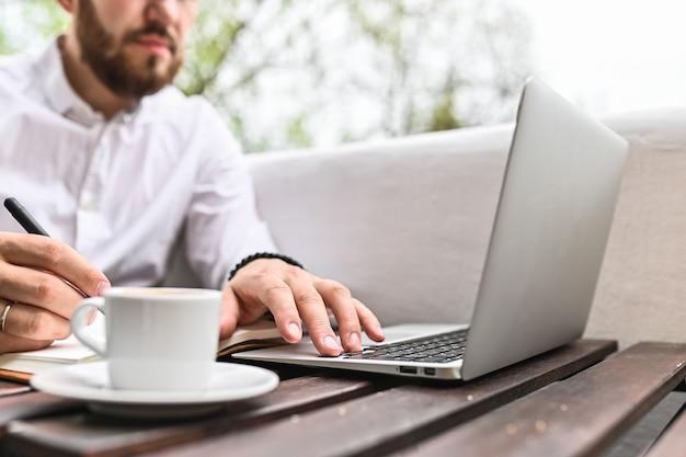 Jonge man met laptop thuis close-up van man handen typen op computer binnen freelance student levensstijl onderwijs technologie en online winkelen concept