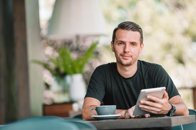 Jonge man met laptop werkt vanuit huis
