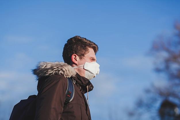 Jonge man met medische masker. coronavirusbescherming