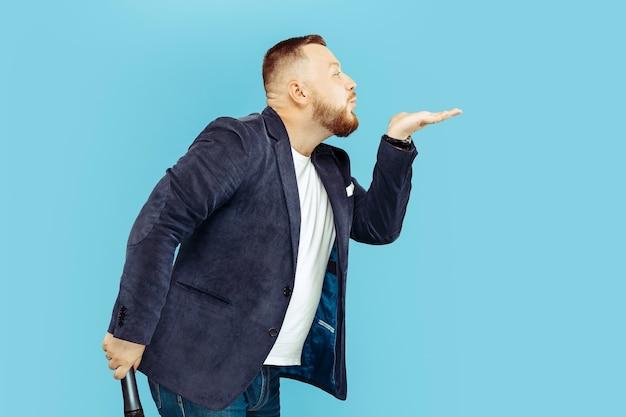 Jonge man met microfoon op blauw, leidend concept