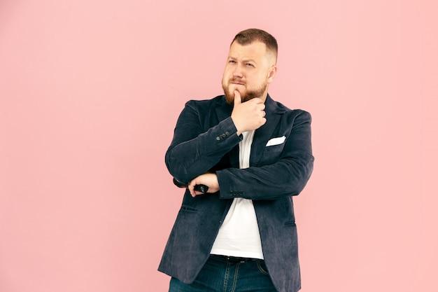 Jonge man met microfoon op roze, met microfoon