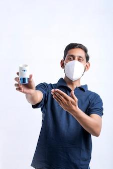 Jonge man met muggenspray in de hand.