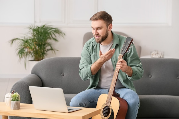 Jonge man met muzieklessen thuis online
