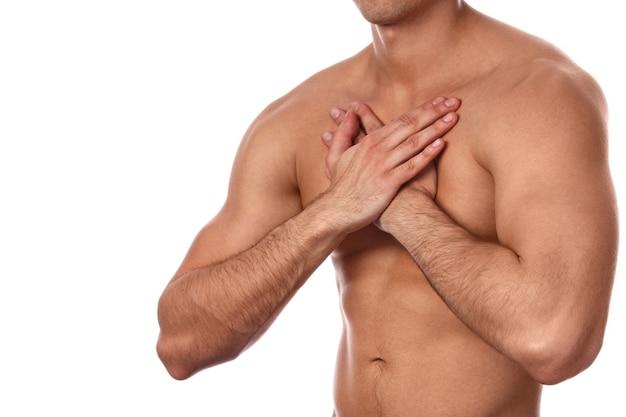 Jonge man met pijn in zijn borst