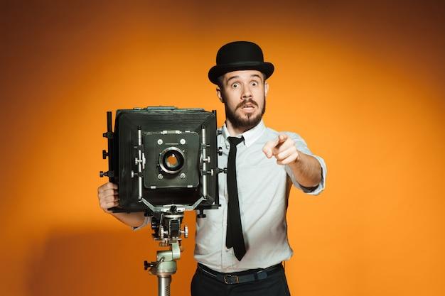 Jonge man met retro camera