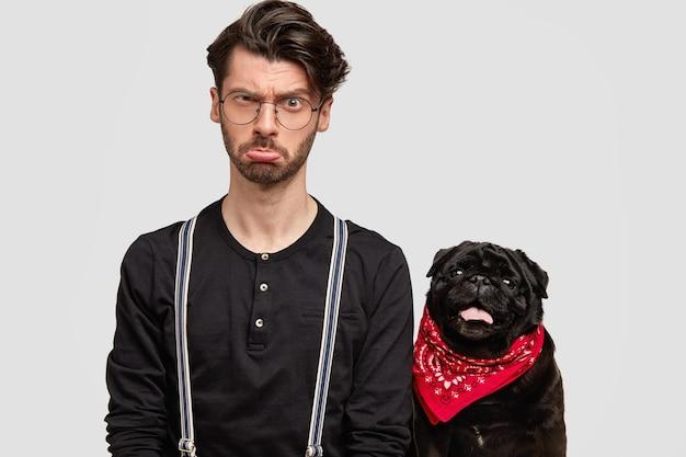 Jonge man met rode bandana en zwart shirt en zijn hond
