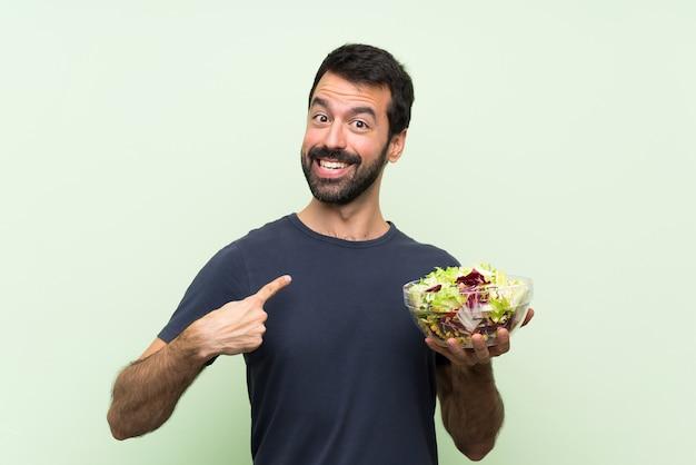 Jonge man met salade