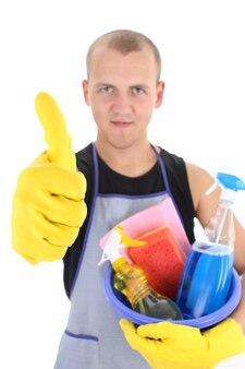 Jonge man met schoonmaakspullen die duimen opgeeft, focus op hand