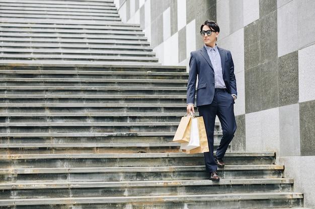 Jonge man met shoping-tassen