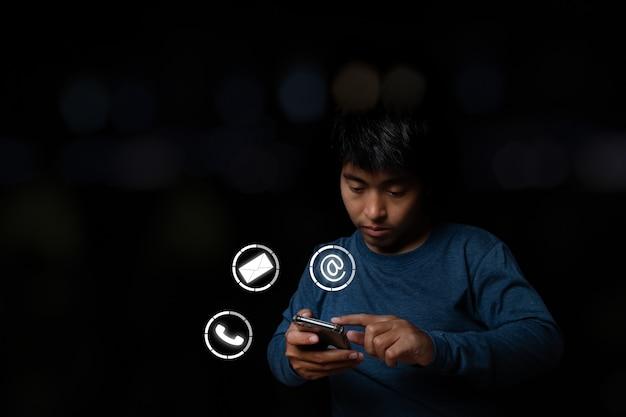 Jonge man met smartphone met pictogram telefoon, mail en adres. klantenservice contact met ons concept. ruimte kopiëren.