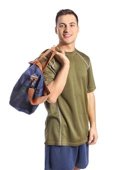 Jonge man met sporttas op witte ondergrond