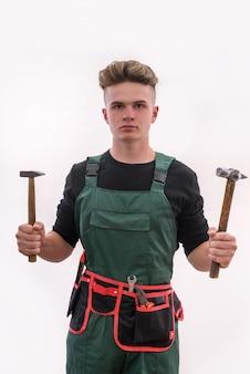 Jonge man met tools geïsoleerd op een witte muur