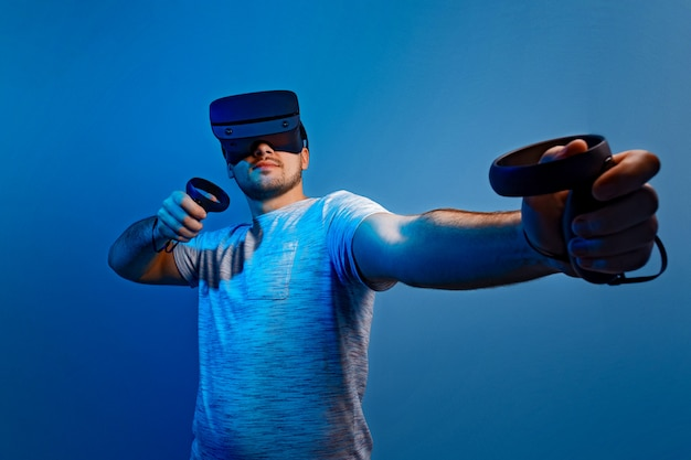 Jonge man met virtual reality bril