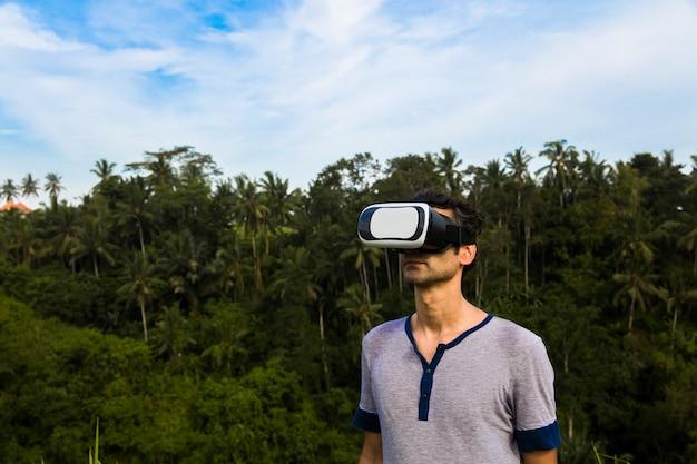 Jonge man met vr-bril in het tropische bos