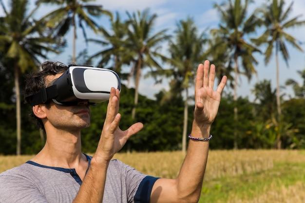 Jonge man met vr-bril in het tropische padieveld