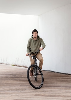 Jonge man met zijn fiets in een tunnel