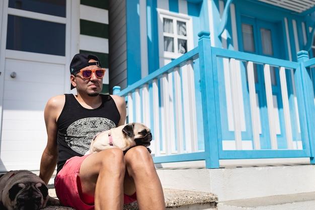 Jonge man met zijn honden op zomervakantie in costa nova aveiro portugal