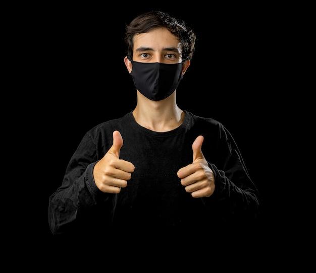 Jonge man met zwart gezichtsmasker. pandemisch coronavirus covid-19 quarantaineperiode concept.