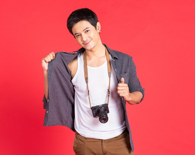 Jonge man mode gebruik camera met casual kleding. reizen concept