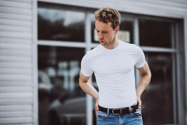 Jonge man model poseren in de straat