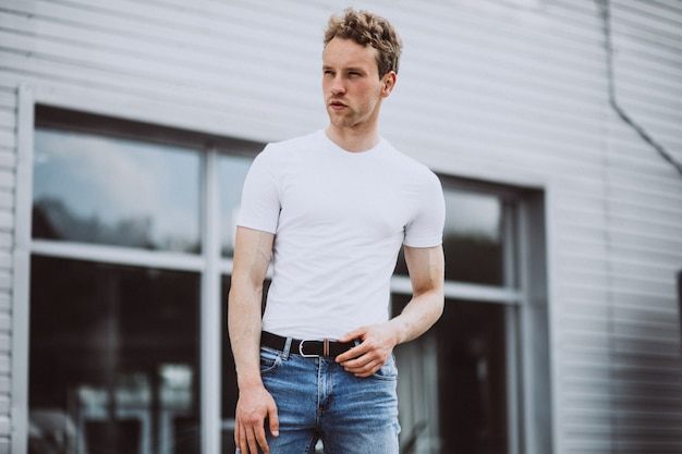 Jonge man model poseren in de straat