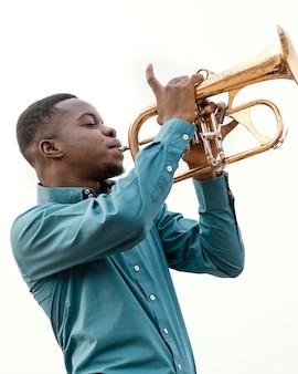 Jonge man muziek afspelen op jazz dag