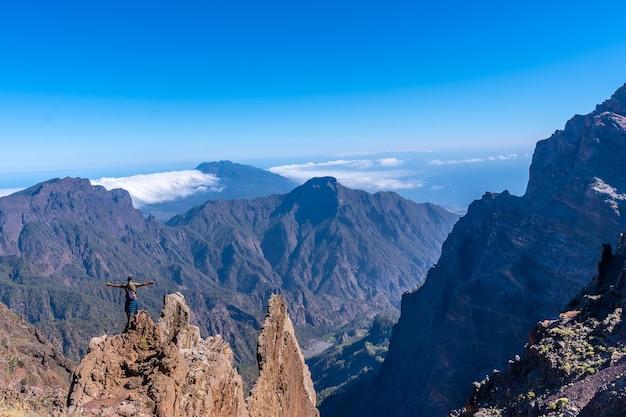Jonge man na het beëindigen van de trektocht op de top van de vulkaan van caldera