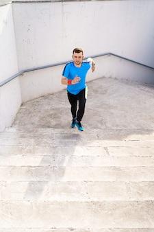 Jonge man oefenen intervaltraining op trappen
